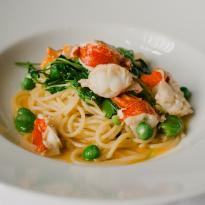 Spaghetti with lobster and peas